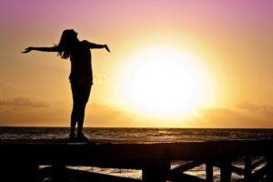 woman 591576 680 300x200 - スワイショウとは?引き寄せ体操で波動上昇。免疫力を上げ、奇跡を起こせ!